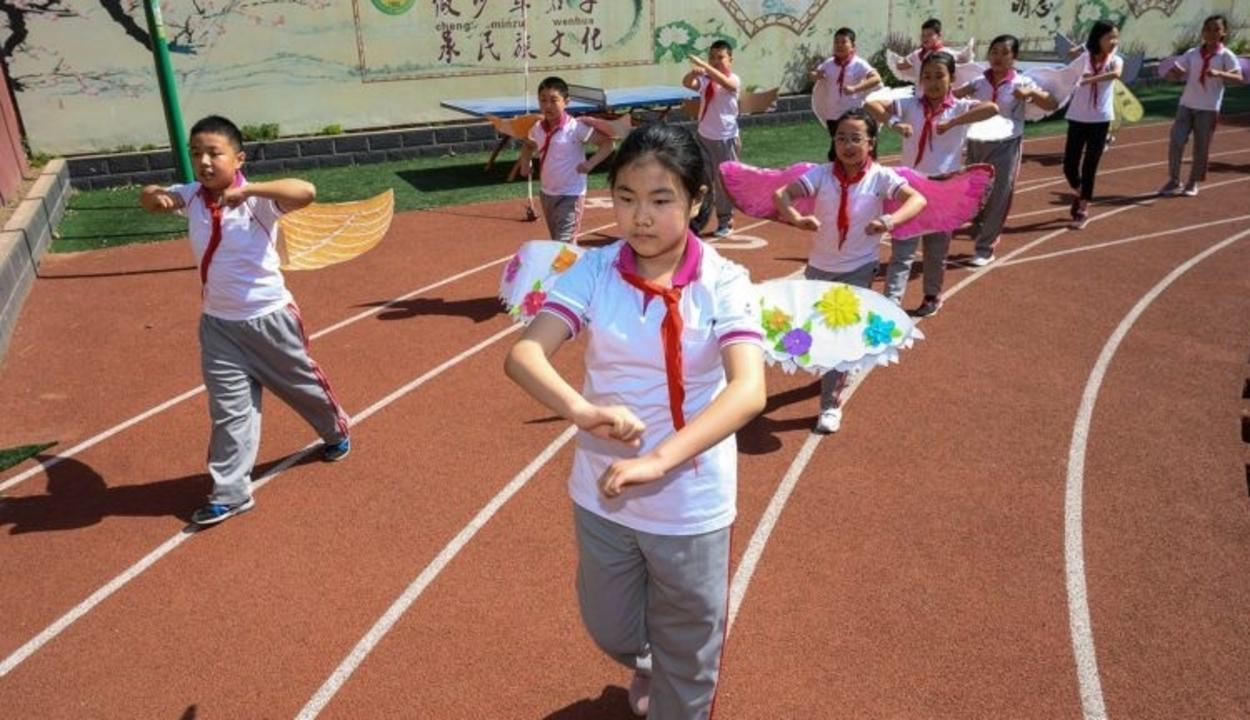 Szárnyakkal tartják a távolságot a kínai kisiskolások