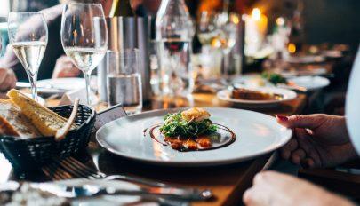 A romániaiak többsége szeretne a városban vacsorázni a korlátozások megszüntetése után