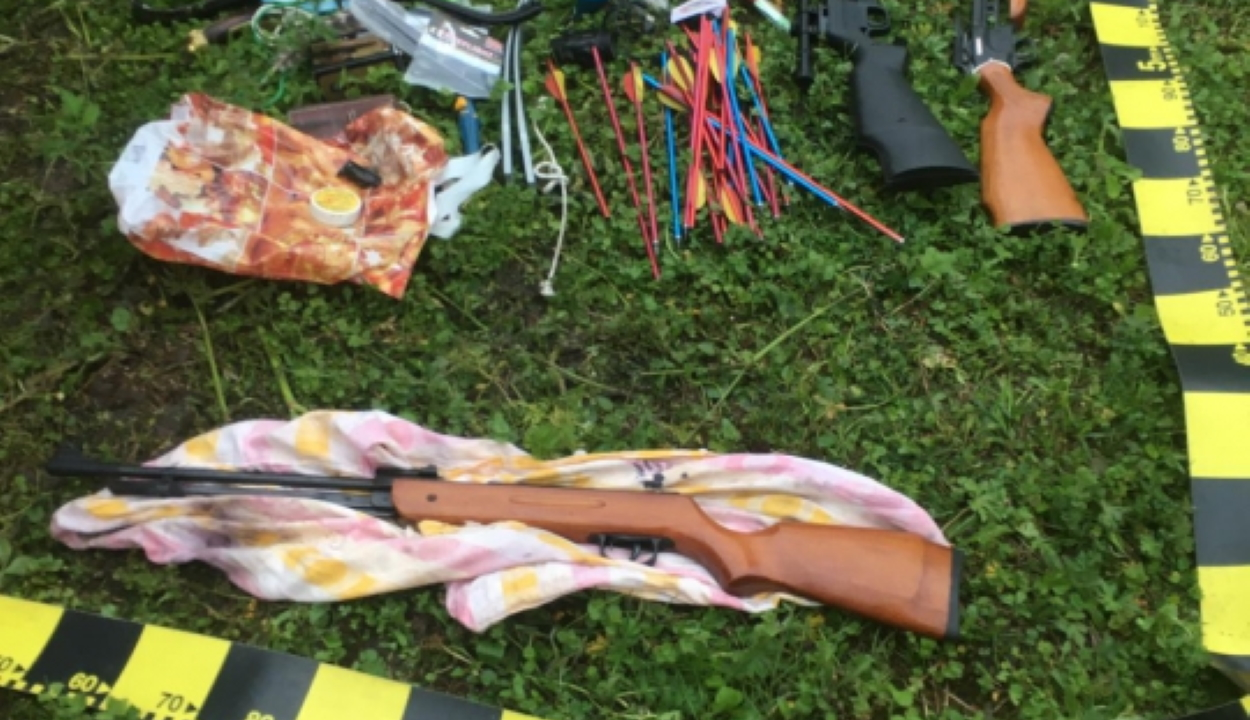 Fegyvereket, számszeríjakat, lőszereket és nyílvesszőket foglalt le a rendőrség Hargita és Maros megyében