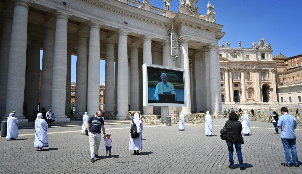 Hetek óta először nem volt üres a Szent Péter tér a pápa vasárnapi beszéde alatt
