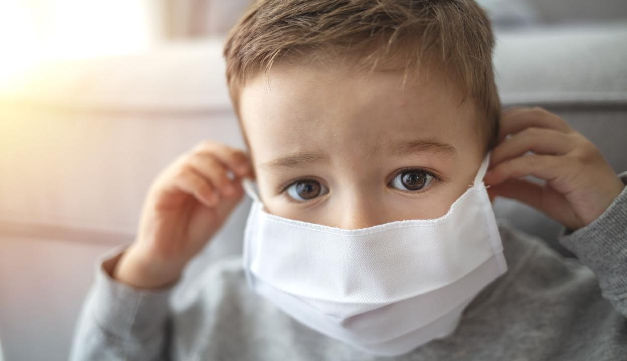 FRISSÍTVE: Ritka és súlyos gyulladásos szövődménye lehet a koronavírusnak gyerekekben