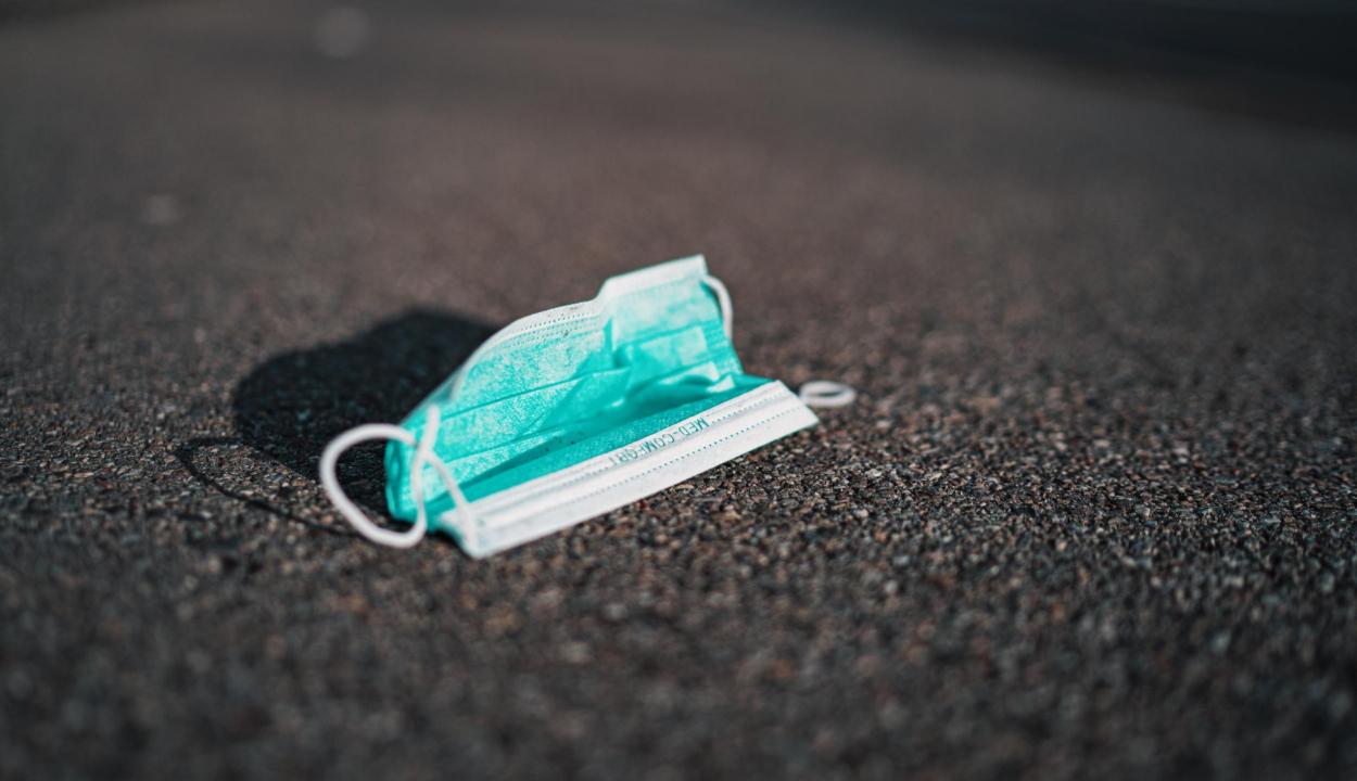 Egyre több az eldobott maszk az utcákon