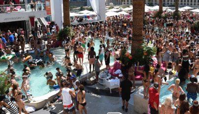 A járvány ellenére több száz fős medencés bulit tartottak az Egyesült Államokban