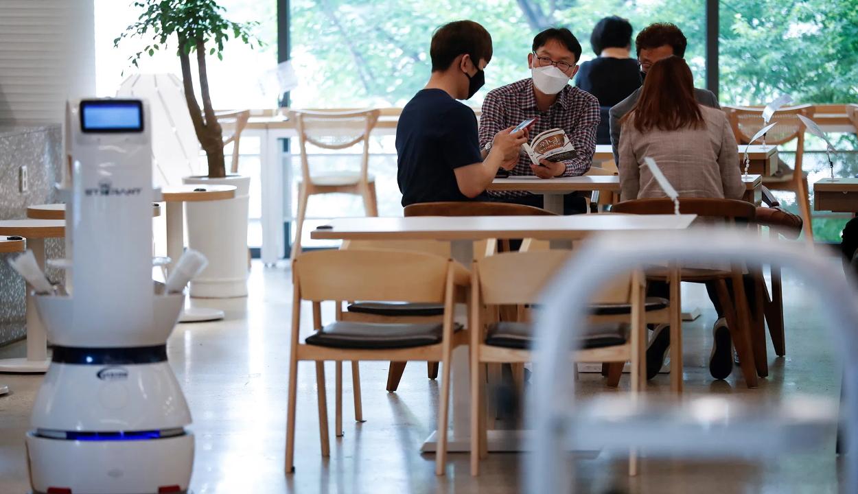 Robotpincér szolgálja ki a vendégeket egy dél-koreai kávézóban