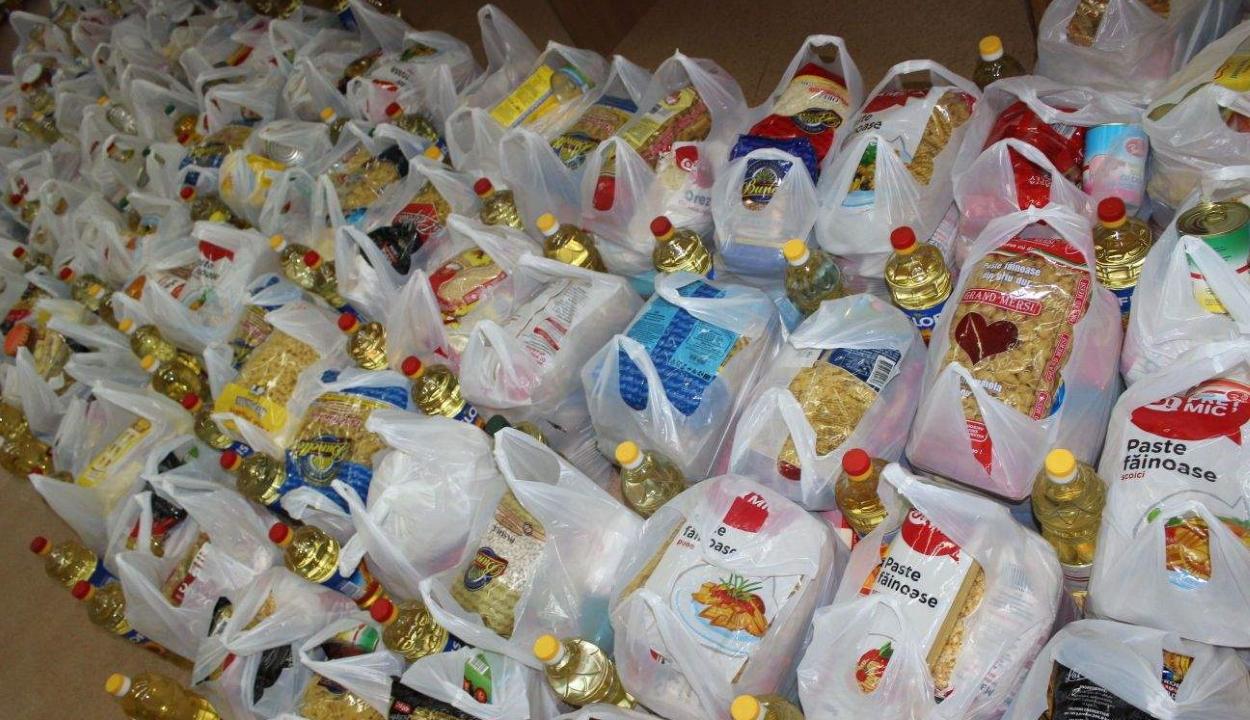 Higiéniai termékekből és alapélelmiszerekből álló segélycsomagokat osztanak szét