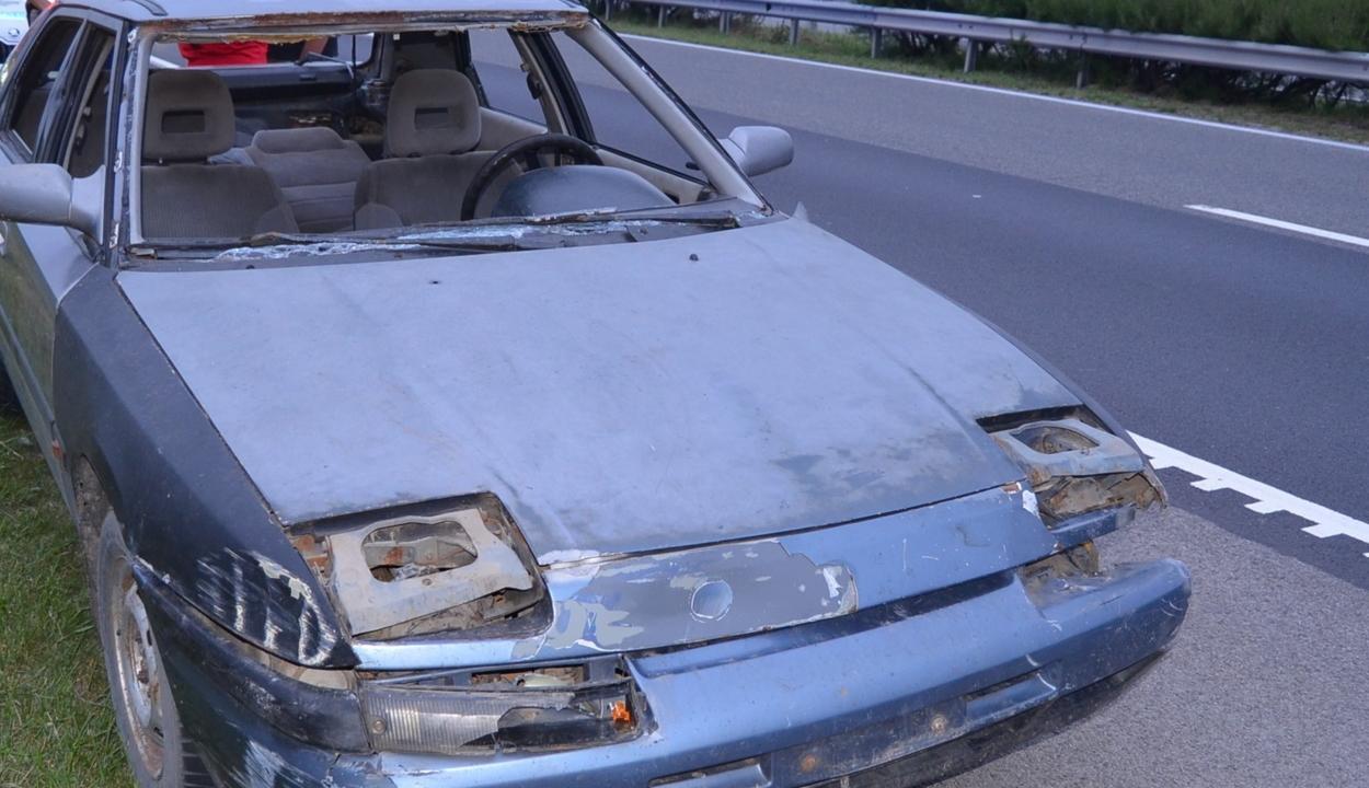 Szélvédő, rendszám és papírok nélküli autóval furikázott egy férfi egy magyar autópályán