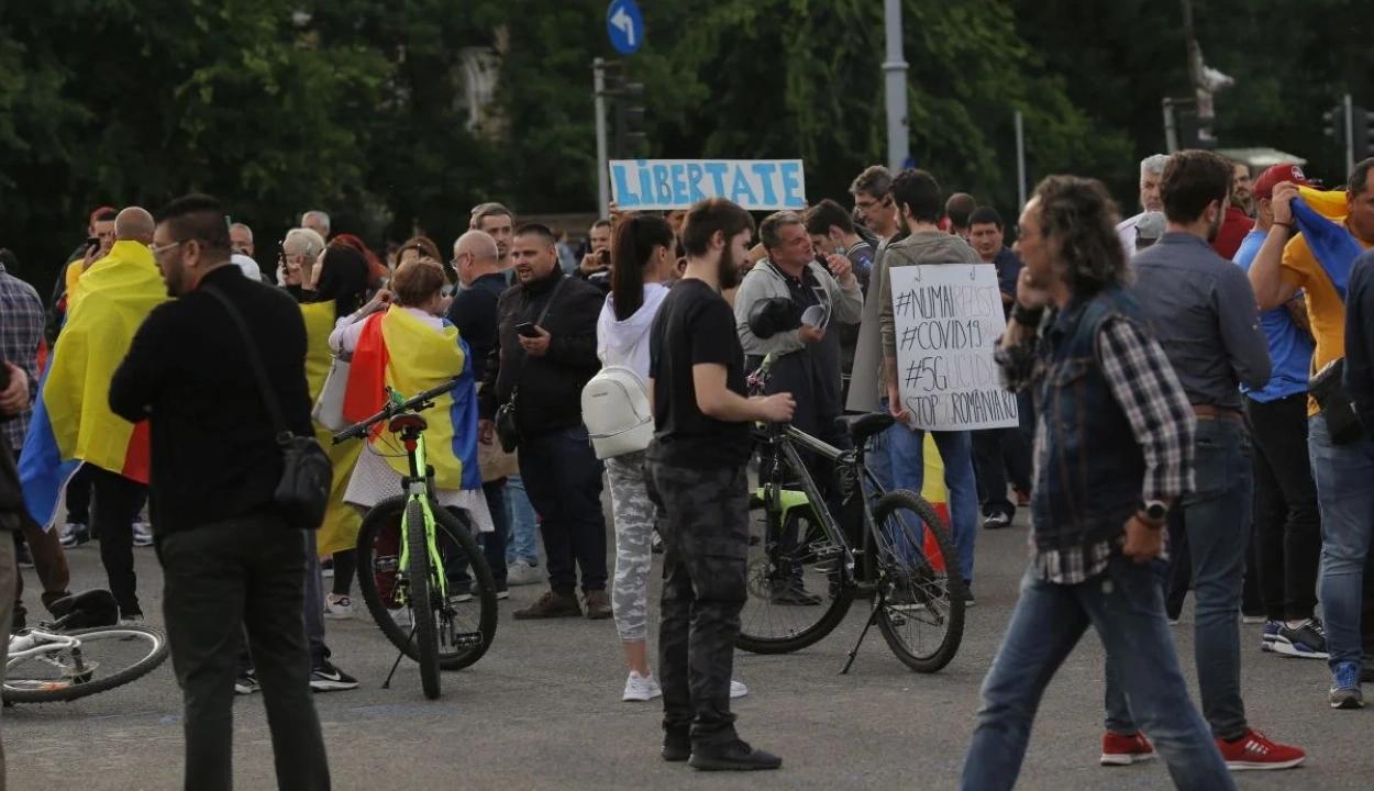 Több mint százan tüntettek a bukaresti Victoriei téren