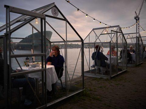 Üvegkabinokban fogadná vendégeit egy holland étterem