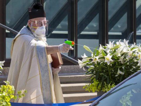 Vízipisztollyal szentelte meg a híveket egy amerikai pap