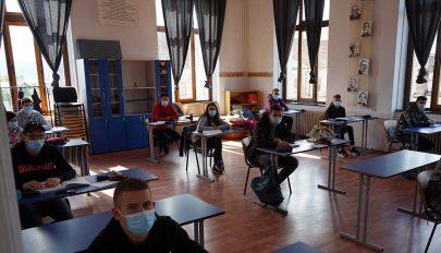 Maszkban, szétosztva a diákok
