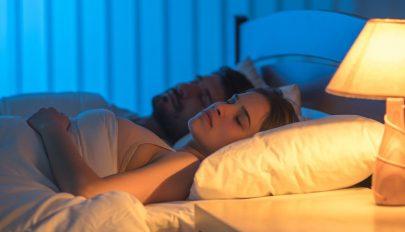 Jobban alszanak a közös ágyban alvó párok