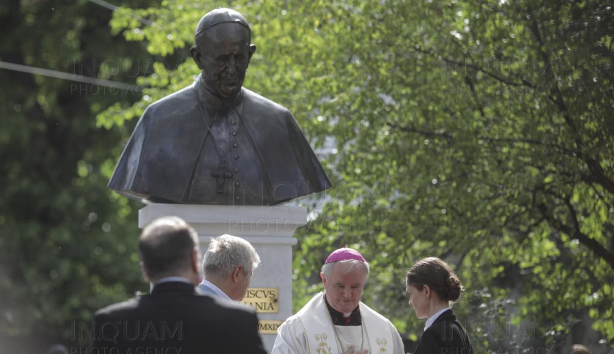 Leleplezték Ferenc pápa mellszobrát Bukarestben