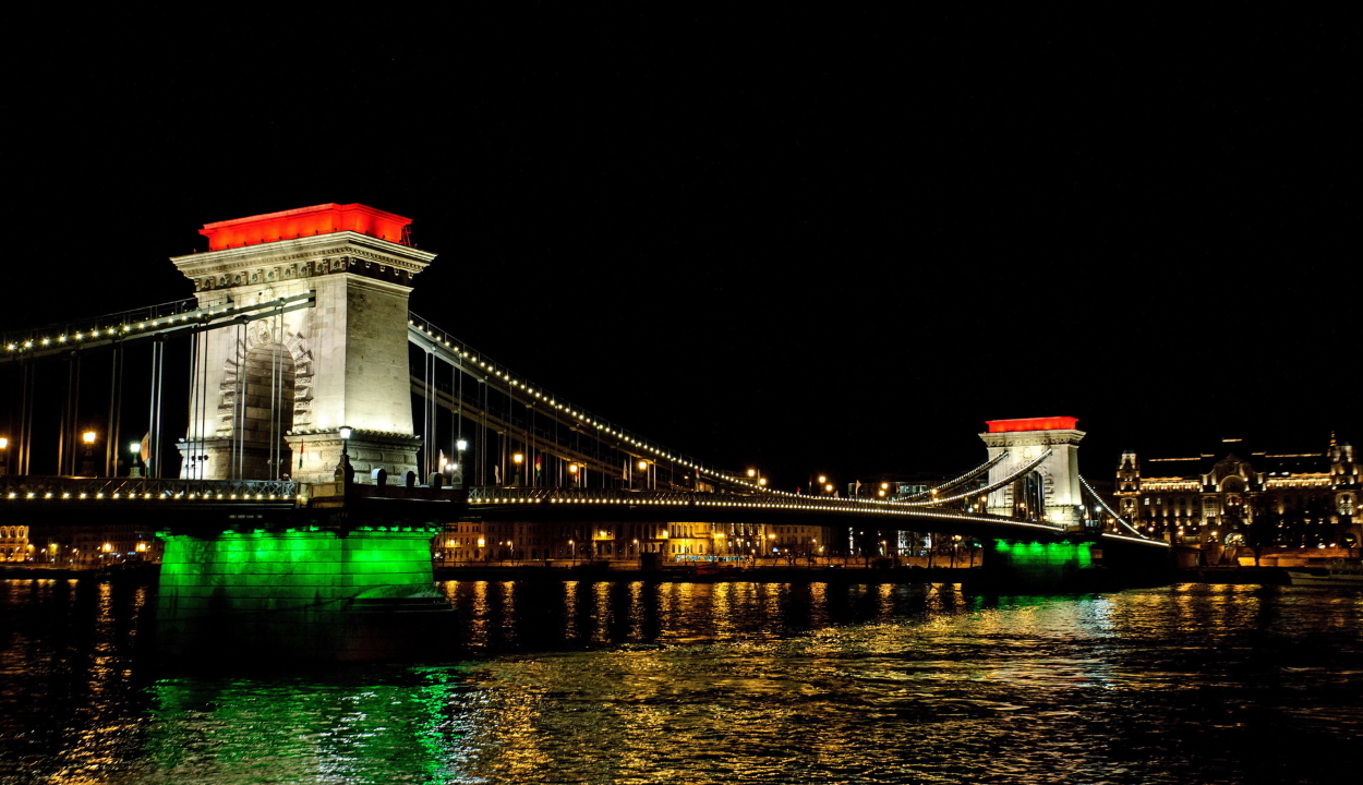 A nemzeti zászló színeivel világítják ki a Lánchidat