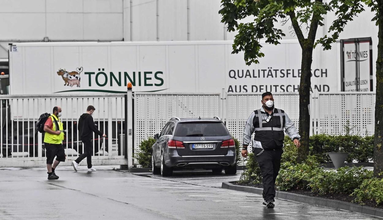 Közel ezer román állampolgár fertőződött meg a német húsüzemben