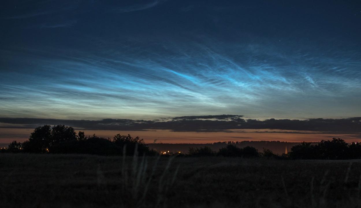 Egyre több helyen látnak éjszakai világító felhőket