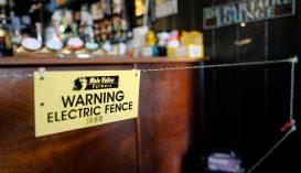 Villanypásztort szerelt a bárpult köré, hogy a kliensek betartsák a távolságot