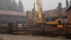 Esőben is dolgoznak az iskola építésén