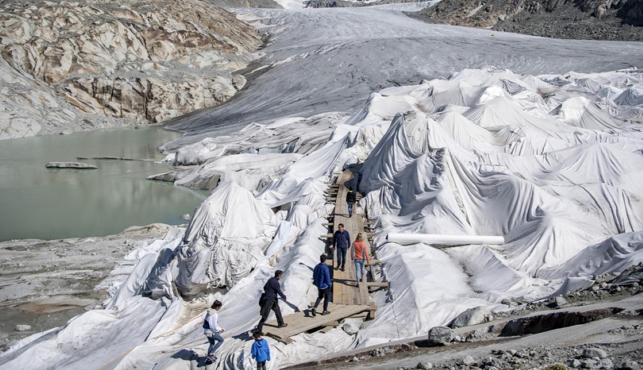 Takaróval próbálják megvédeni az olvadó gleccsert