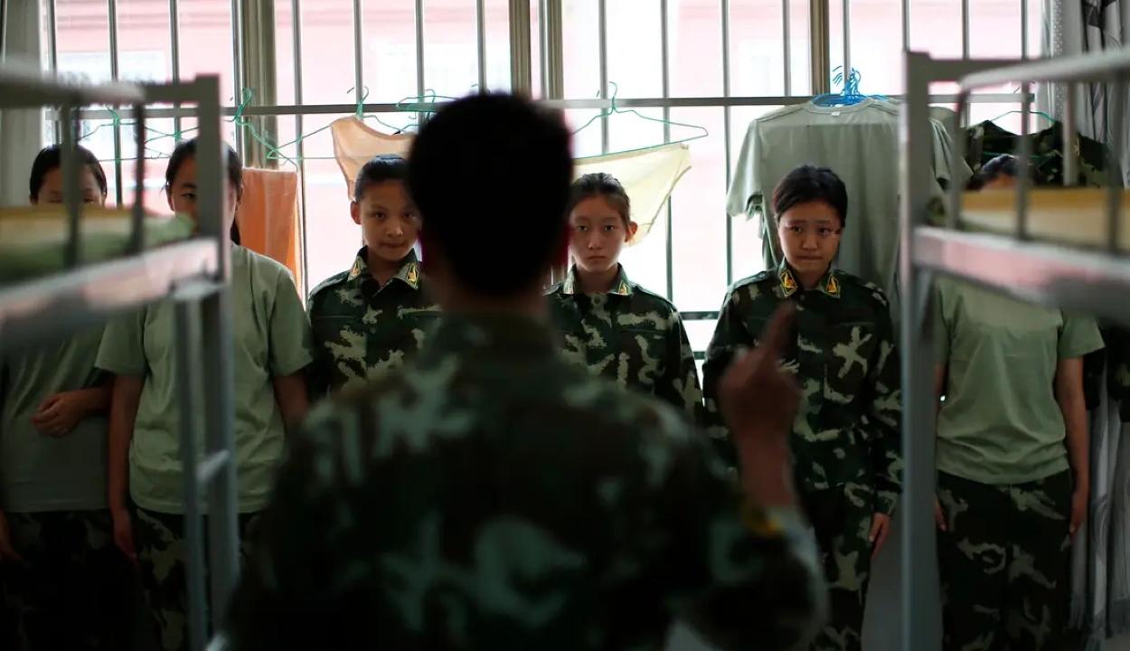 Embertelen bánásmód egy kínai internet-elvonó központban: 10 napig elzárva tartották a gyermekeket