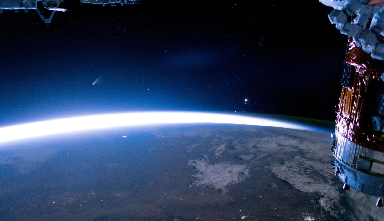 Így néz ki a NEOWISE üstökös a Nemzetközi Űrállomásról