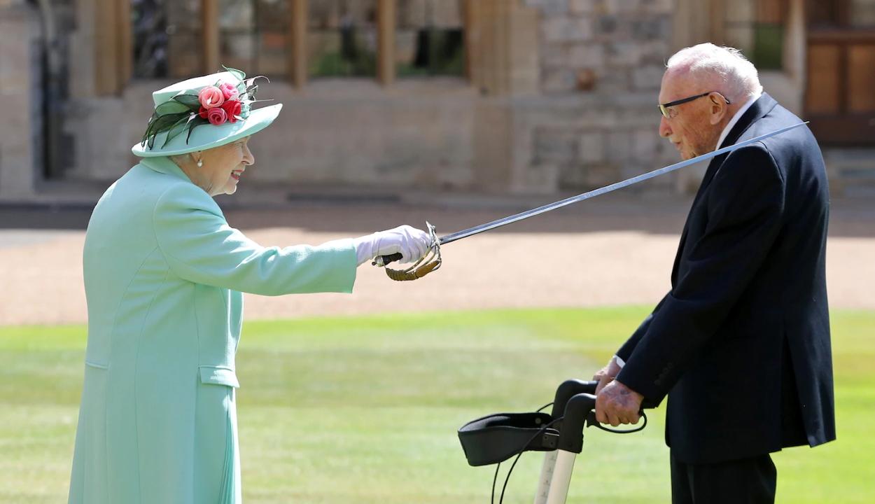 Lovaggá ütötte II. Erzsébet királynő az egészségügynek tízmilliókat gyűjtő százéves katonát