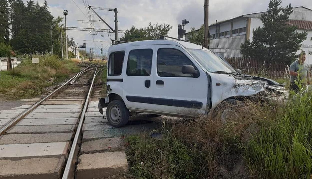 Autót ütött el a vonat Málnásfürdőnél