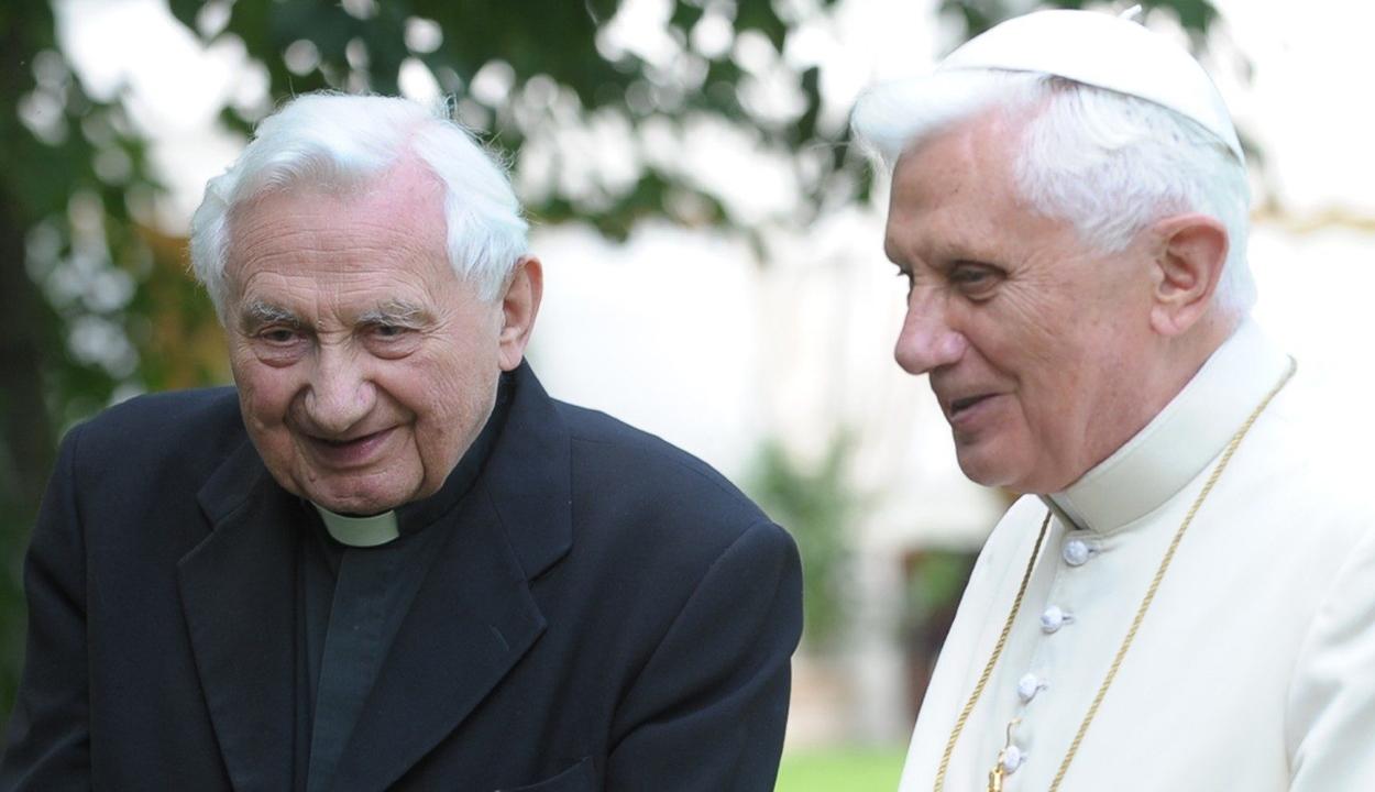 XVI. Benedek nyugalmazott pápa interneten kísérte figyelemmel bátyja temetését