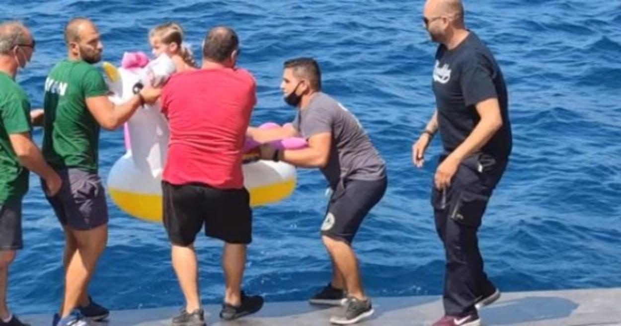 Egy unikornis matracon sodródó kislányt mentettek ki a vízből