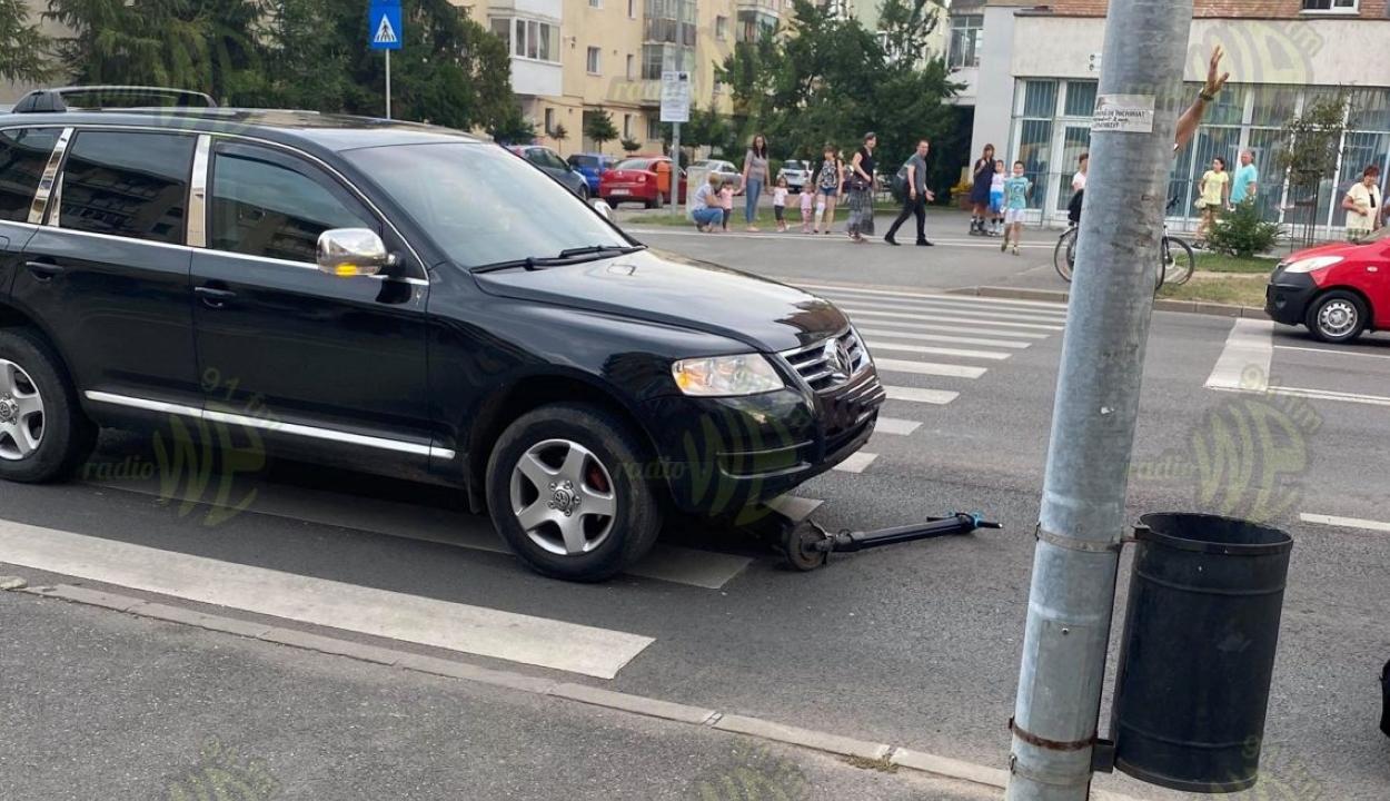 Elektromos rollerrel közlekedő fiatalt ütöttek el az átjárón