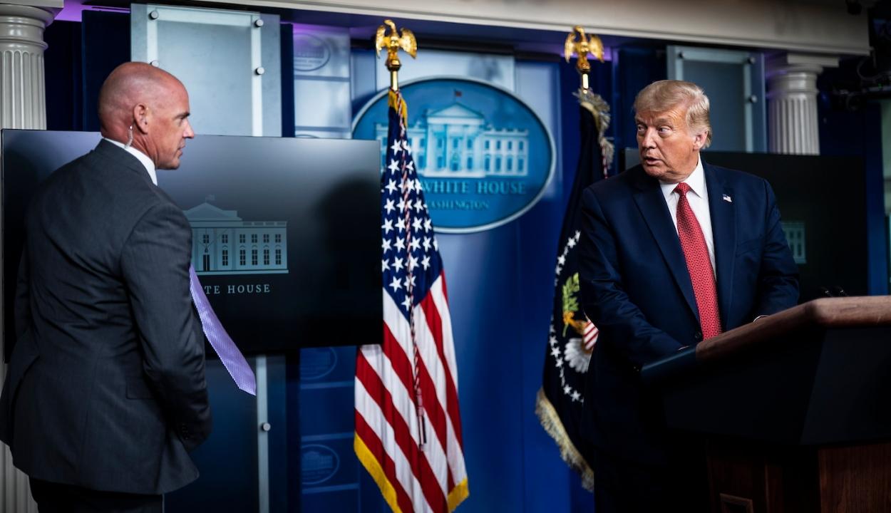 Lövések a Fehér Háznál, Trump rövid időre kisietett a sajtótájékoztatóról