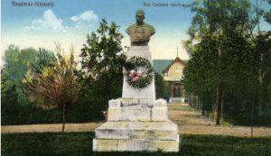 Kiss Gedeon szatmárnémeti szobra 1916-ban. Ledöntése után beöntötték  kepeslapok.files.wordpress.com