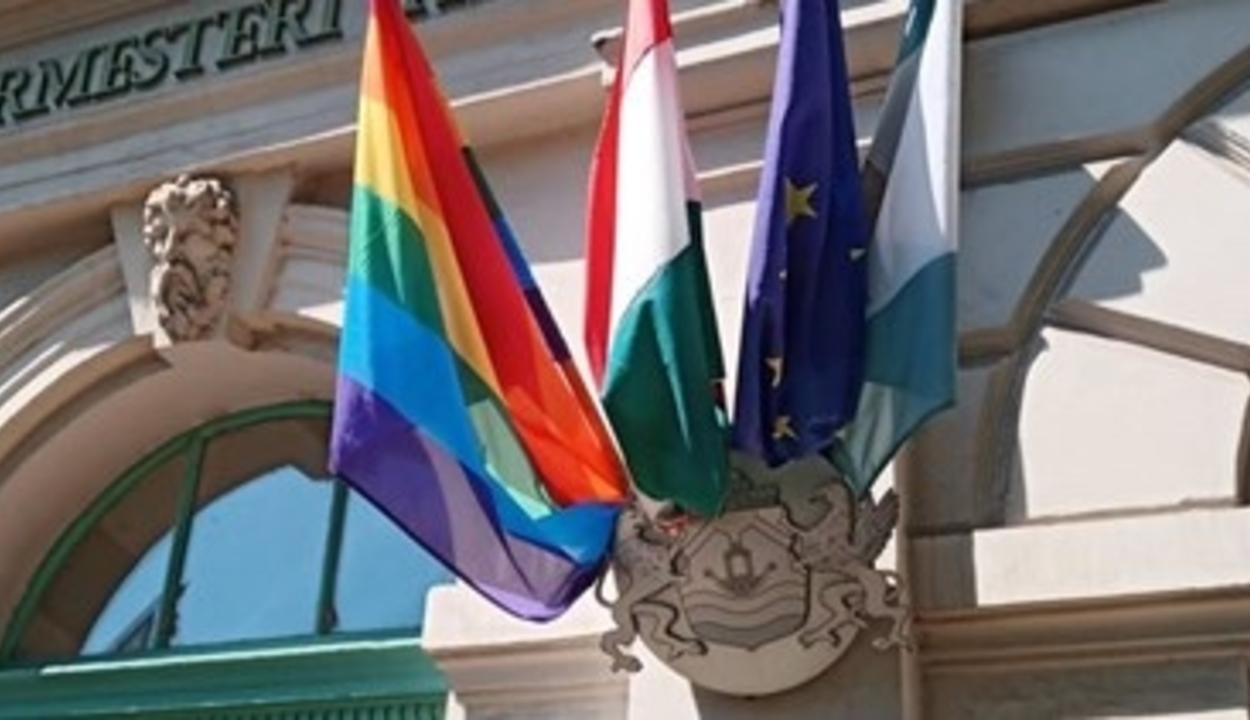 Novák Előd elszaladt a rendőrök elől a szivárványos zászlóval