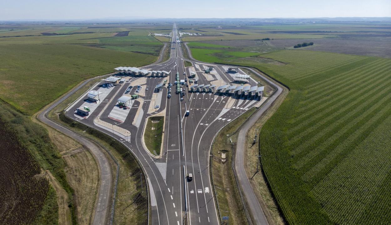Átadták a Magyarország és Románia közötti második autópálya-határátkelőhelyet