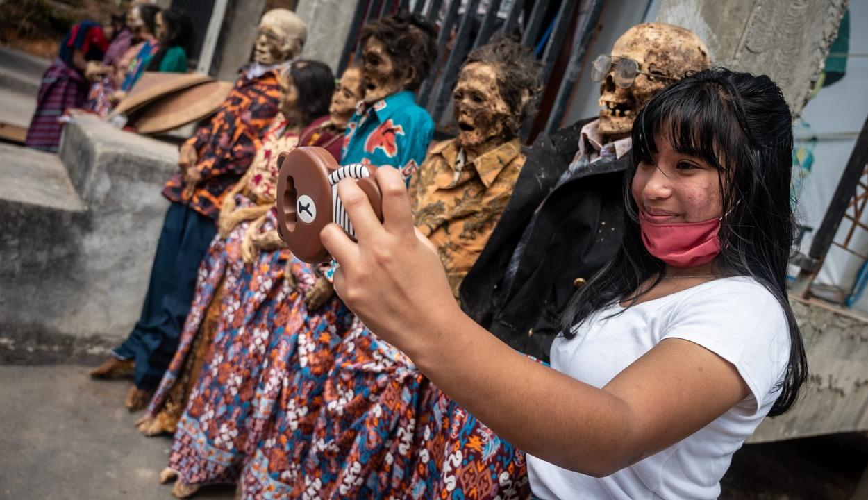 Morbid rituálé egy indonéz szigeten: kiássák a halottakat, átöltöztetik és cigarettáznak velük