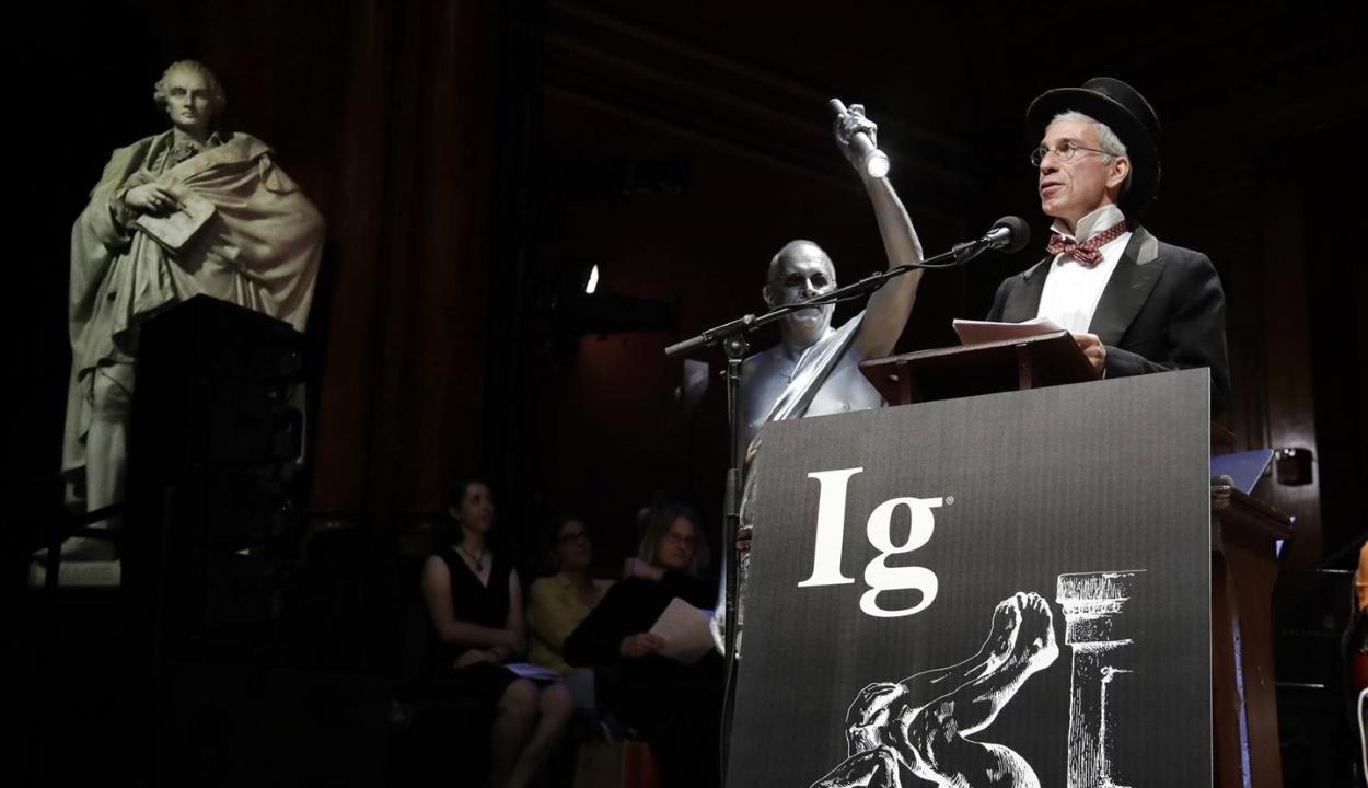 Héliumos aligátorért és szemöldökalapú nárcizmuskutatásért is adtak idén anti-Nobel-díjat