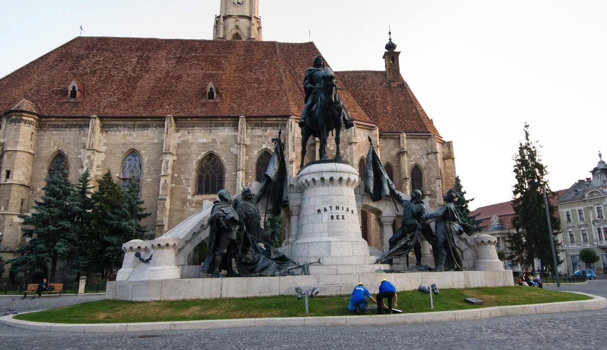 Az ügyészség szerint nem bűncselekmény, hogy sértő feliratot helyeztek el a Mátyás-szoborcsoport elé