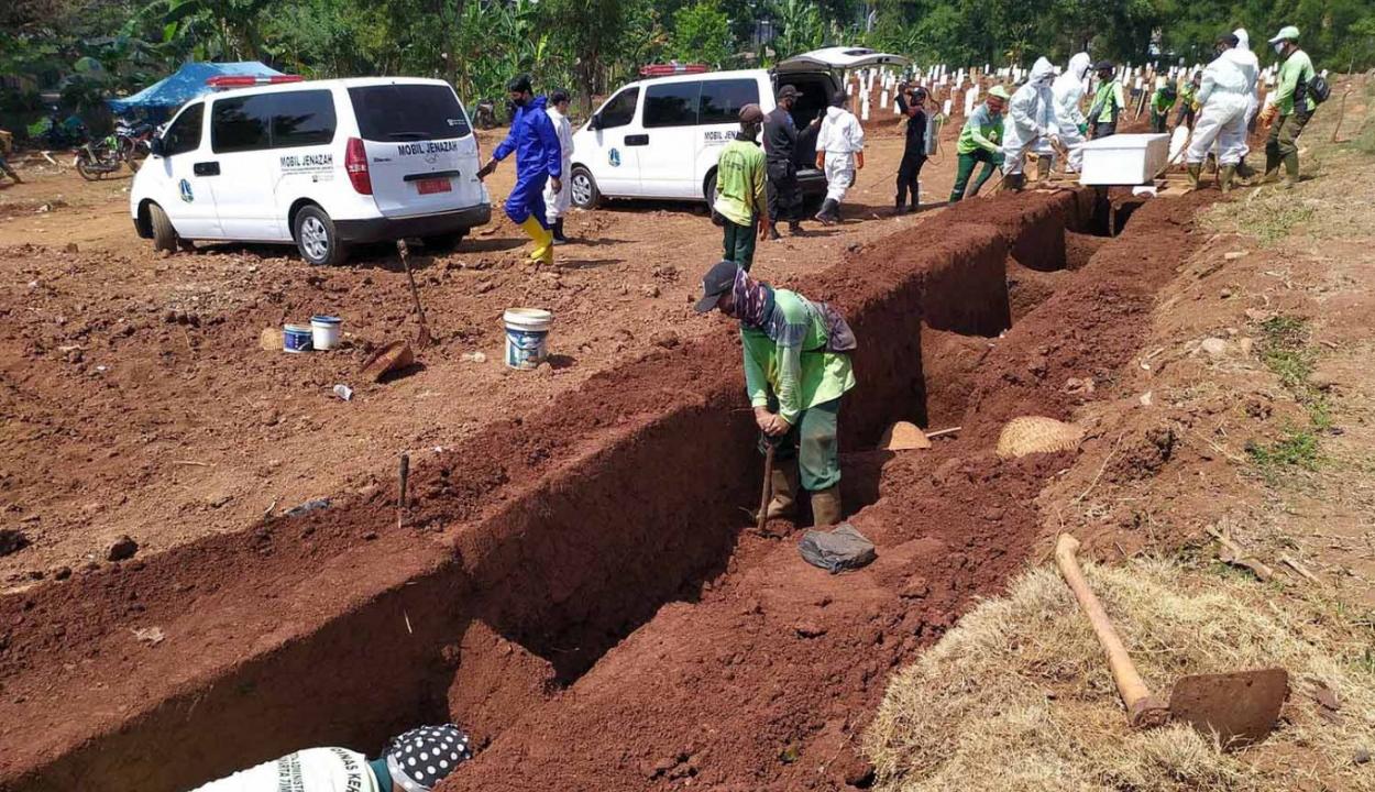 A maszkviselést megtagadókkal ásatják a koronavírus miatt elhunytak sírjait Indonéziában