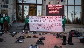 Környezetvédelmi aktivisták elbarikádozták péntek reggel a környezetvédelmi minisztérium bejáratát