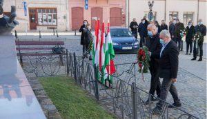 Bokor Tibor polgármester és Derzsi Gyula leköszönt alpolgármester koszorúz a Hősök Emlékművénél Fotó: Tofán Levente