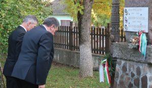 Főhajtás a Baróti Szabó Dávid Líceum és a Gaál Mózes Iskola közös udvarán található emlékmű előtt