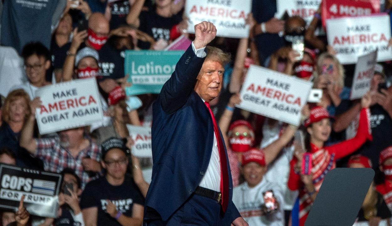 Trump újabb vírustesztje negatív, az elnök Floridában kampányol