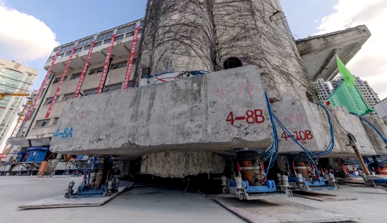 """""""Odébb sétált"""" egy épület Sanghajban"""