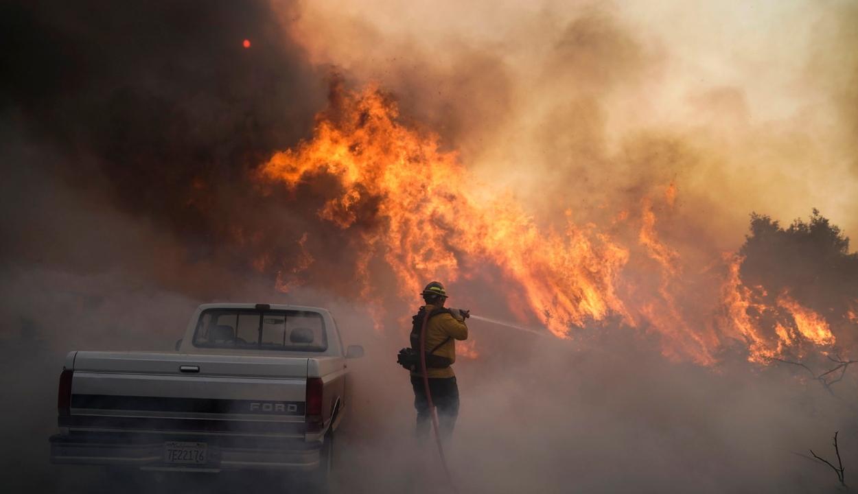 Kalifornia déli vidékein több tízezer embernek kellett elhagynia az otthonát a tűzvészek miatt
