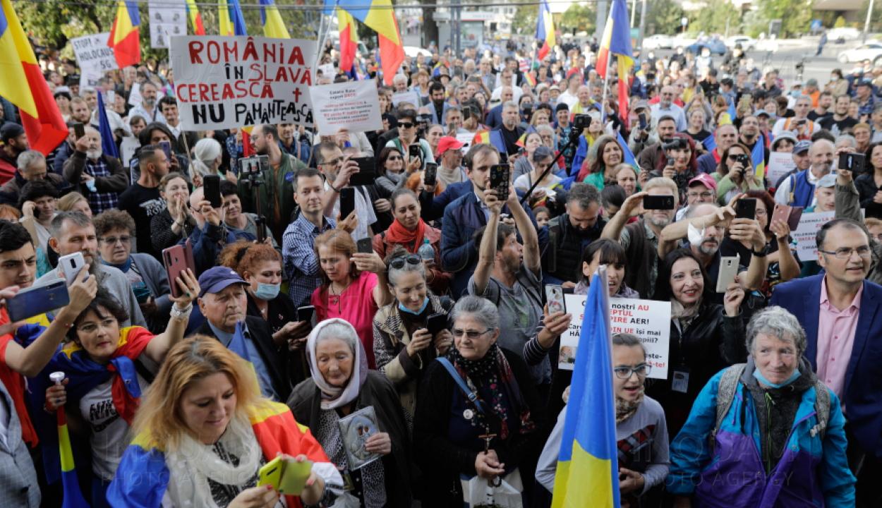 A kötelező maszkviselés ellen tüntettek a fővárosban