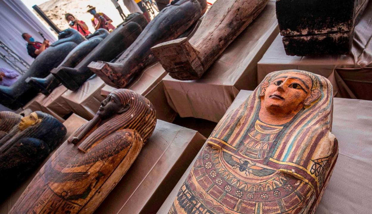 Kétezer-ötszáz éves, érintetlen szarkofágokat találtak Egyiptomban