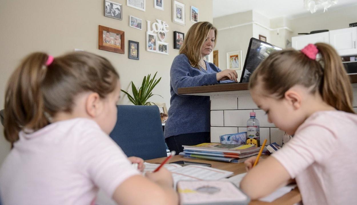 Fizetett szabadságot kaphatnak a szülők az online oktatás idejére