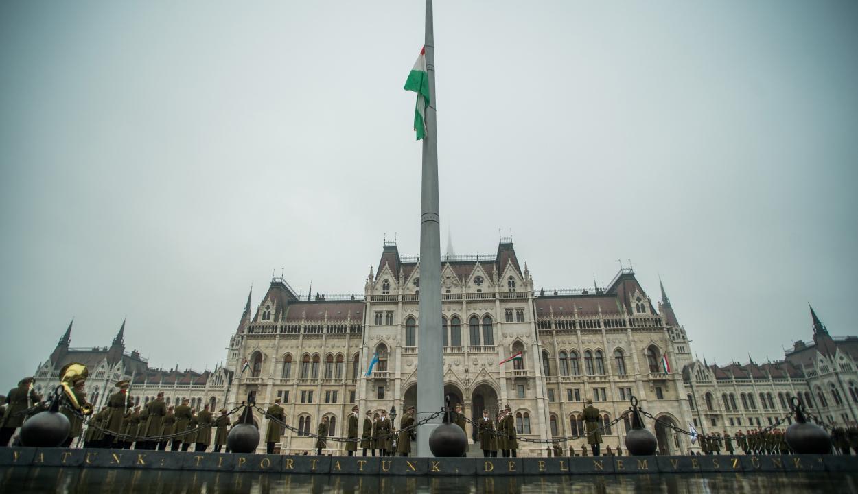 Október 23.: felvonták a nemzeti lobogót a magyar parlament előtt
