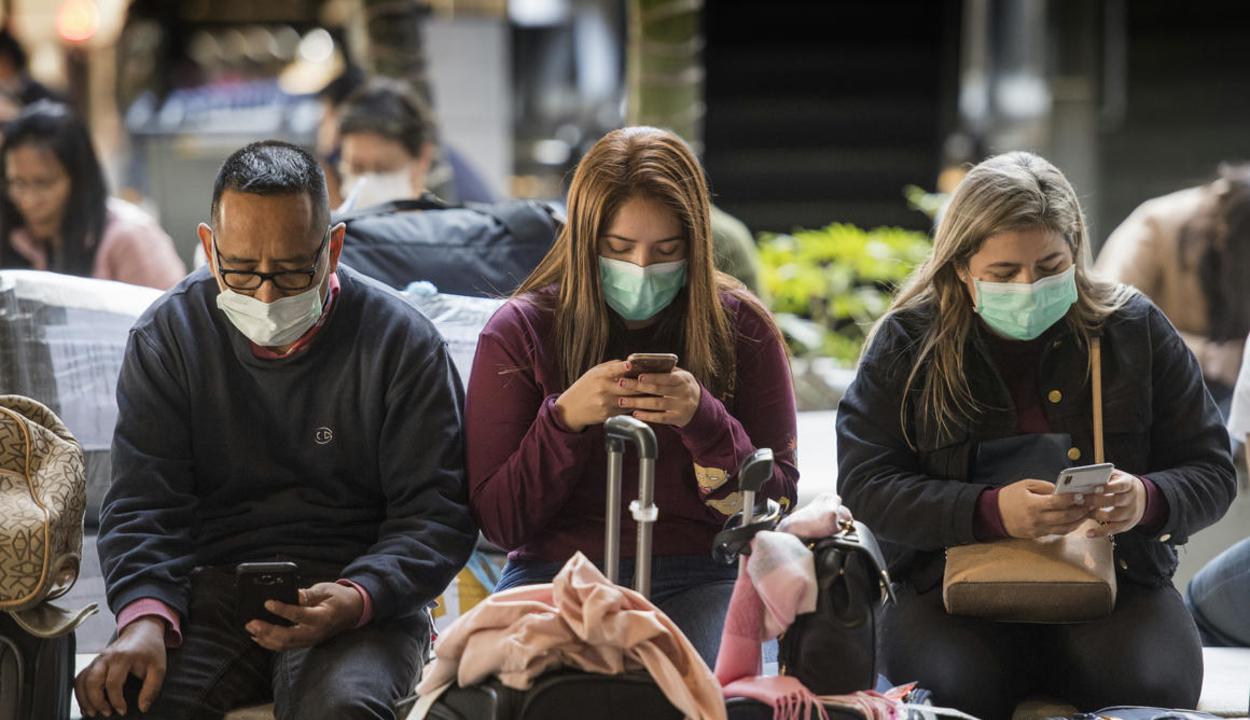 Tömeges teszteléssel és lezárásokkal harcolnak a vírus ellen Európában