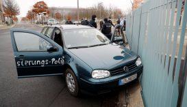 Belehajtott egy autó a berlini kancellári hivatal zárt főkapujába