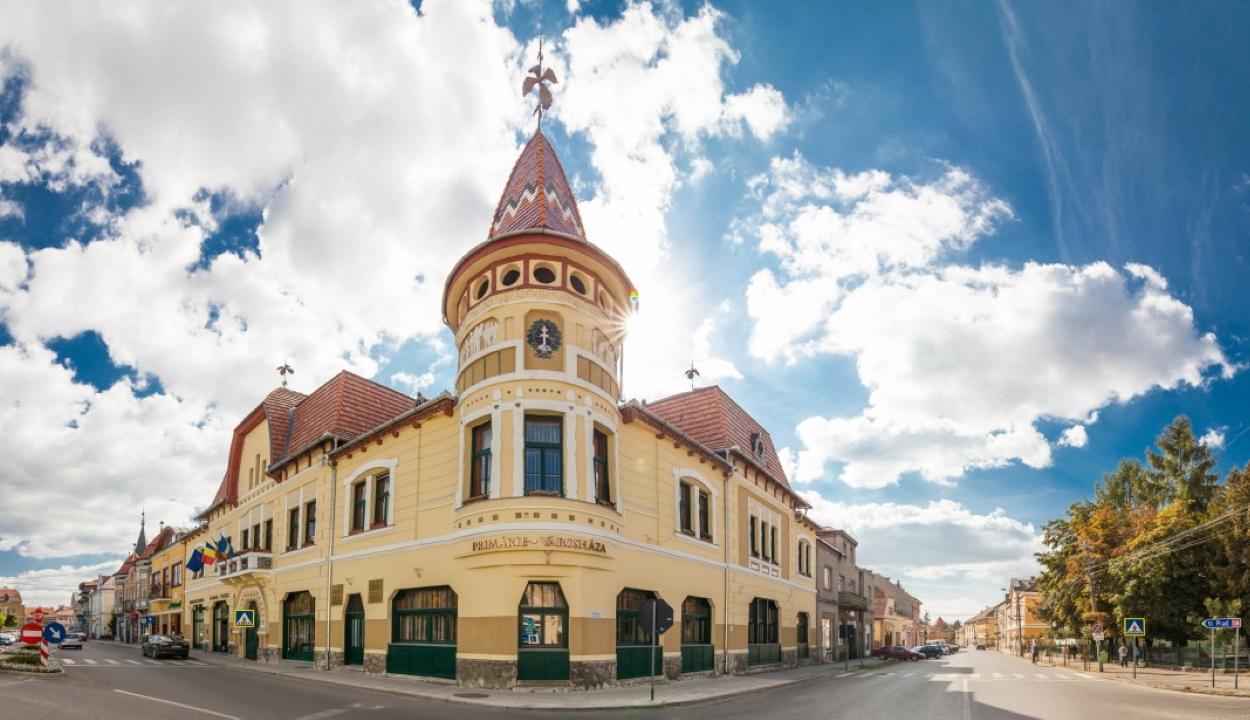 Az első székelyföldi település, amely megvédte a polgármesteri hivatalán szereplő Városháza feliratot